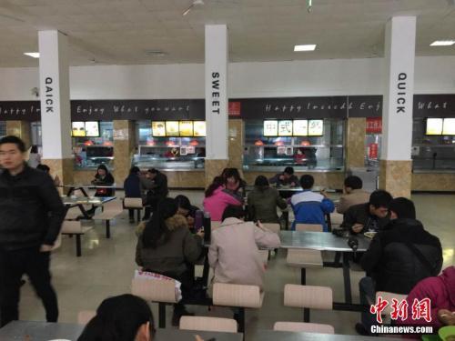 高校食堂�N房�_直播 能否遏制校�@食品安全事故