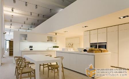 现代厨房装修效果图 余辉折射的厨房